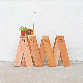 側面から見るとアルファベットのAの字に見えるスツール。並べて使ったり、単品で使ったり、あるいは天板を乗せたりと利用の可能性は無限大です。