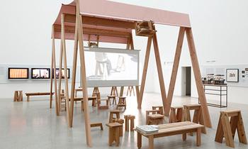 ドイツはベルリンのギャラリー BAERCK や金沢21世紀美術展など、「石巻工房」は積極的に国内外の展示会に出展し、高いデザイン性で高い評価を得ています。