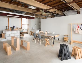 「石巻工房」は2015年に文京区に東京ショールームも開設しています。代表的な家具の展示や、インテリアの実例を見ることができますよ。