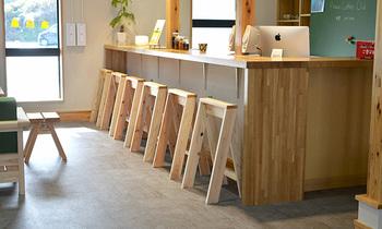 DIYのノウハウから作られるデザイン家具たちは、どれも簡潔で丈夫でありながらどこか温もりがあるアイテムばかり。「石巻工房」のデザイン家具から、復興支援をしながらシンプルでミニマムな暮らしを叶えてみるのも良いですね。