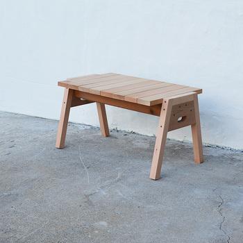 耐候性が高い素材を使っているから、室内外で楽しめるコーヒーテーブルです。重ねられるので、使わない時の収納もかさばりません。