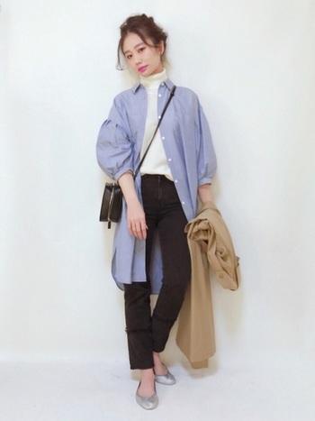 袖にボリュームのあるシャツワンピースを主役にしたコーデ。白のニットをインして、爽やかな春先取りの着こなしです。