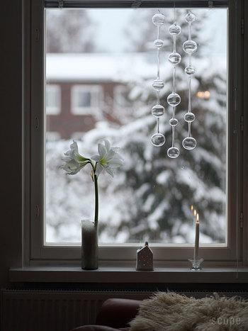 窓辺には上から吊るすタイプのインテリアもよく似合います。テーブルウェアで有名なブランド【iittala】(イッタラ)からご紹介するのは、「Ateenan aamu/アテネの朝」という名のガラスのオブジェ。揺れて触れ合うと、鐘のような柔らかい音が響きます。