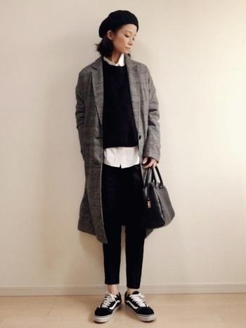 ワンタックのスッキリとしたシルエットが美しいテーパードパンツ。チェックのコートやベレー帽と合わせて、トラッドなスタイリングがとってもスタイリッシュです。
