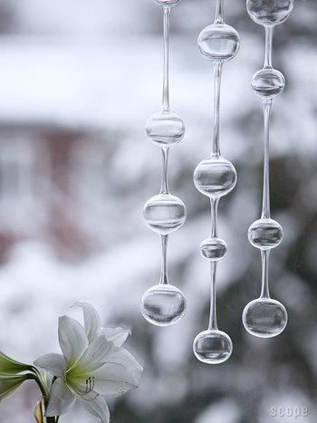 不規則なサイズのガラスの玉は、職人さんが一つ一つ吹いて仕上げた物。絶妙なバランスで一本につながっており、涼しげな雰囲気を醸し出しています。