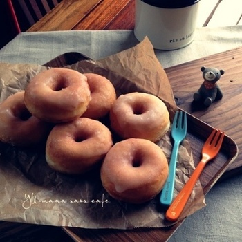 何個でも食べれちゃう美味しさのグレーズ イーストドーナツ。ポイントとなるグレーズも電子レンジで簡単に出来ちゃいます!ドーナツをを割った時のシャリシャリ食感とほっとする優しい甘さに癒されます。