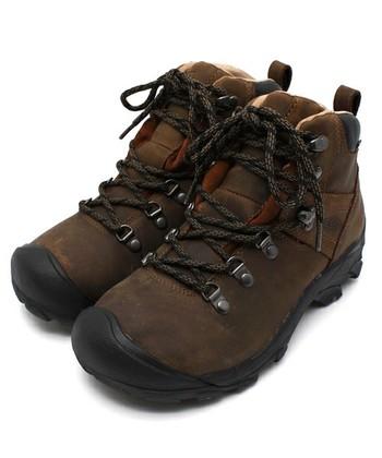 長時間歩く登山では、靴は何より大事な相棒。用途に応じてさまざまな種類がありますが、安定して歩けるように足首を保護する、ミッドカットからハイカットのものが基本です。必ずお店でフィッティングして、サイズと履き心地を確認しましょう。 写真は「KEEN(キーン)」のライトトレッキングブーツ。