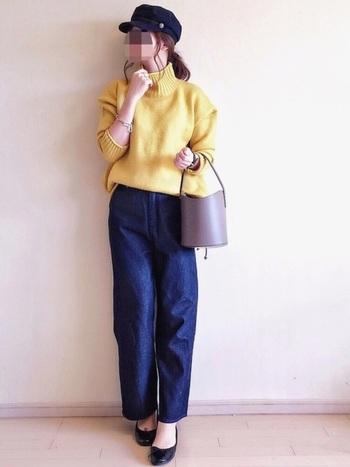 ハイウェストなトレンドのデザインのデニムワイドパンツ。鮮やかなイエローのゆったりニットをインして、パンプスと合わせれば女性らしい着こなしに。