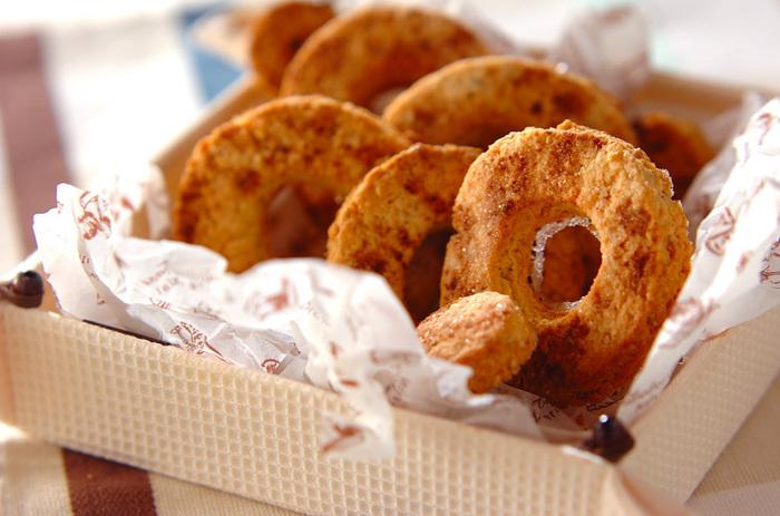 クッキーに似たサクサク食感が楽しい焼きドーナツ。白ゴマの香りが良いアクセントになり、なんといってもヘルシーなのが嬉しいですね!ドーナツ型の他、お好みの型で抜いて楽しんでみてはいかがでしょう。