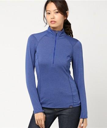 登山用のインナーシャツは薄手の涼感タイプや、逆に裏起毛で暖かさを保つものなど様々なバリエーションがあります。カッティングやストレッチ性などの動きやすさ、デオドラントやUVカットなどの機能性も備えているので、行動着として快適なんです。シーズンや行き先に応じて少しずつ揃えていくとよいでしょう。