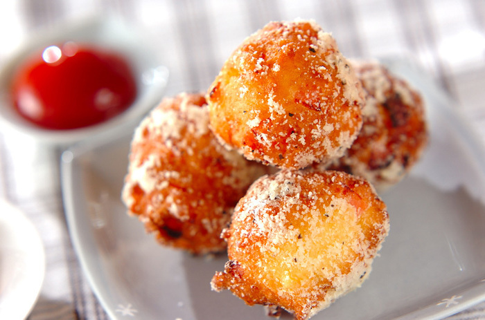ドーナツといったら甘いのが定番ですが、おかず系のドーナツもあるんです!ホットケーキミックスにハムを入れて、塩系ドーナツに。仕上げの粉チーズはたっぷりまぶすと美味ですよ!