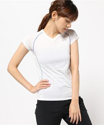 インナーウエアとしてTシャツを選ぶときには、「ポリエステル」などの化繊を使用した吸湿速乾性の素材を選びましょう。コットンは乾きにくいため、汗冷えを招くだけでなく、濡れることで保温性を失い、低体温症を招く危険もあるので、登山には向きません。