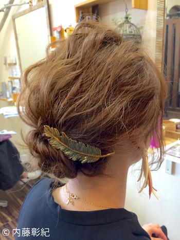 羽モチーフのヘアアクセはふんわりした女の子らしいアップアレンジによく似あいます。天使の羽が舞い落ちてきたようで、注目を集めます。