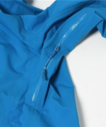 シェルジャケットには、このような脇下のベンチレーションがついています。アウターを脱ぎ着できない気温や天気のときでも、ここから蒸れを逃して快適さをキープします。