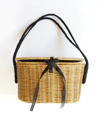 こちらは、籐に持ち手とリボンの黒が効いてて、小粋な雰囲気。ガーリーだけど、大人っぽく清楚な印象です。春夏に活躍するのはもちろん、秋冬の装いに合わせても素敵です。