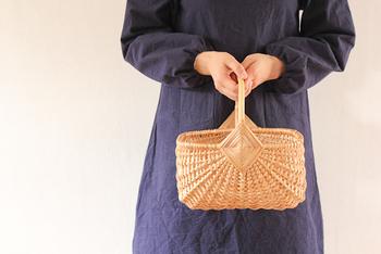 こちらも同じくラトビアで作られたヤナギのカゴ。スクエア型のフォルムにひし形の飾り編みがユニーク。古典的なデザインなのにモダンな印象を与えます。