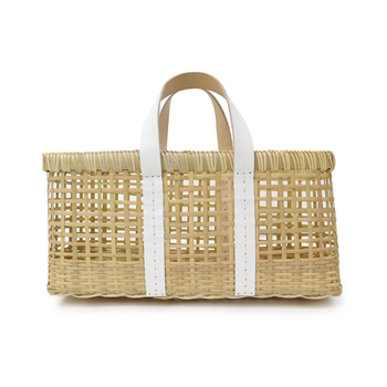 モロッコとバリ、違う異国の地に住むデザイナー2人が立ち上げたブランド、warang wayan(ワランワヤン)の竹素材のカゴバック。白のレザーの持ち手を組み合わせることで、素朴さと洗練が不思議に共存し、独特な表情を見せてくれます。人とはちょっと違った雰囲気のカゴバックをお探しの方におすすめのブランドです。