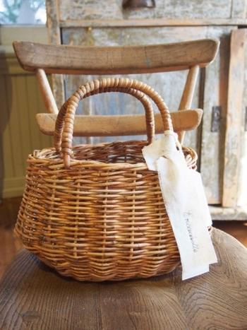 ラタンよりも希少価値があるといわれる籐の一種、アラログで編まれたカゴ。色や蔓の太さがまばらなのが、かえって趣を感じさせます。アンティークのような味わいが魅力的です。