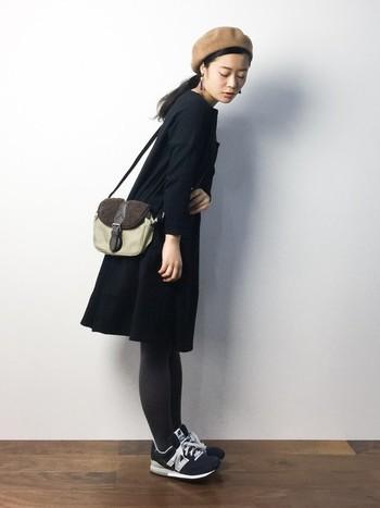 ベレー帽とフレアシルエットのワンピースを取り入れて、ちょっぴりガーリーなトラッドスタイルの感性です。革靴ではなくスニーカーがはずしアイテムとなってよりコーデを引き締めています。