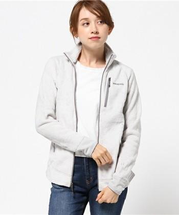 フリースジャケットや防風機能のあるソフトシェルも、ミッドレイヤーとして人気のあるアイテム。細身のものを選ぶと、アウターをきてもモタつかないので快適です。
