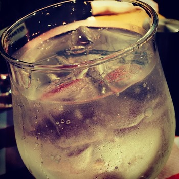 白ワインを炭酸で割ったカクテルが「スプリッツァ」。2つの配分はお好みで。一般的には半々か、 白ワインを少し多めに。レモンを絞ってもいいですね。すっきりした飲み心地がさわやかでおつまみもスイスイいっちゃいますよ。