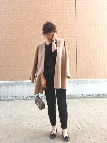 ラインがキレイな光沢のあるノーカラーコートは、黒のセットアップをあわせてドレッシーな雰囲気に。