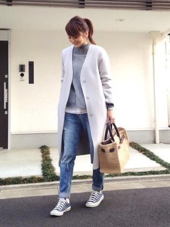 グレーやブルー、淡い色合いが女性らしさを感じさせる着こなしに、手にはバーキン型のカゴバック。カジュアルだけど、品よく大人の余裕を感じさせます。