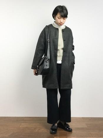 メンズライクでシックなカラーリングも、コートのコクーンシルエットとノーカラーデザインで女性らしくなります。