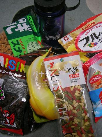 ■行動食、何を持っていく? 休憩時に食べる行動食。寒さや悪天候でゆっくりお弁当を食べる余裕がないときにも重宝するので必ず用意しましょう。エネルギー補給用の携帯食は、食べごたえのあるバータイプのほか、バテて食欲がないとき用にゼリータイプもオススメです。そのほか軽く食べられて栄養価の高いドライフルーツや、真夏には「塩飴」なども用意しておくと安心です。