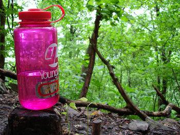 ■水は多めに用意して 登山は思った以上に汗をかきます。日帰り登山でも1.5~2リットル程度の水は用意したほうがいいでしょう。写真のような樹脂製ボトルは軽量でオススメ。山頂で温かいものを飲んだり調理したいときは、保温マグに熱湯を入れていくのも賢いワザです。
