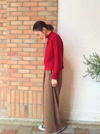 真っ赤なセーターと茶系のワイドパンツを合わせたシンプルコーデの足元から、ちらりと覗くネイビーのオールスターが素敵。大人の上質スタイルの外しアイテムとしても大活躍です。存在感抜群のピアスが可愛いアクセント♪