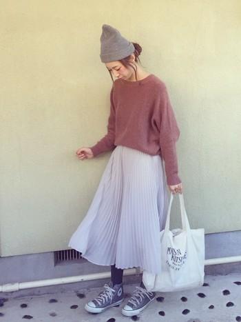 春が待ち遠しい季節には、ニットにこんなふんわりスカートを合わせて気持ちだけでも春気分。ニット帽と同じく、オールスターもグレーで合わせて、とことんナチュラルな雰囲気に。