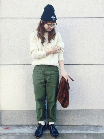 白いニットを合わせた可愛らしいコーディネート。パンツの裾を折り腕を少しめくり、小技を効かせた計算されたスタイリングです。