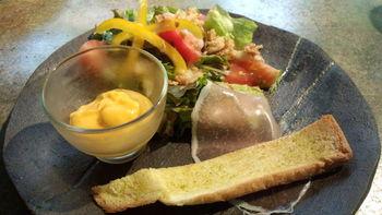 こちらはランチセットの前菜。器も手作りの益子焼。素朴な温かみがありますよね。