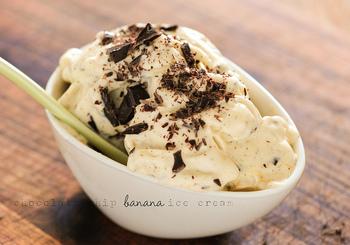 少し傷んでいるバナナでも早めに冷凍すれば、美味しいバナナアイスクリームができあがります。アレンジ次第でスイーツ作りのバリエーションが楽しめそうなアレンジレシピ。ぜひチャレンジしてみてくださいね。