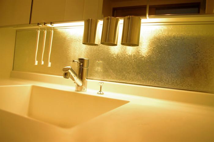 こちらはステンレスのコップの裏にマグネットを貼って洗面台につり下げるアイディア。歯ブラシもフックを使ってつり下げています。これなら見た目もシンプルで掃除も楽々ですね!