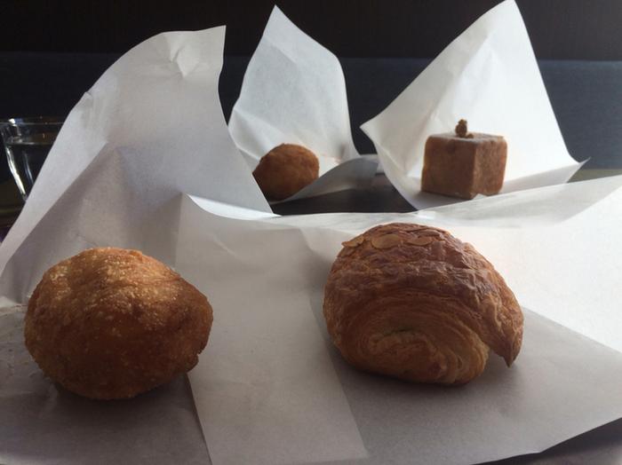 併設するベーカリーカフェ「ブランジェ浅野屋」では美味しいパンとくつろぎのひとときを味わえます。 帰りにおみやげを買って帰るのもお忘れなく!
