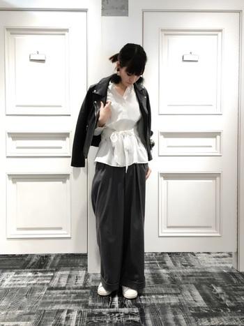 メンズライクなライダースは、ウエストリボンデザインの白シャツでフェミニンな印象に。甘すぎない大きめファーイヤリングもポイントになっています。