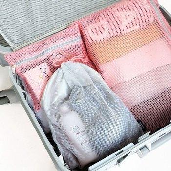 まずは衣服類は必要以上に持っていきません。足りないならハワイやグアムはTシャツや水着が非常に安いので、現地で購入してもいいでしょう。衣服は日常する平だたみではなくて、スーツケースのサイズに合わせてたたんで収納します。Tシャツをスーツケース内で広げてたたんで小さく丸めて収納します。 帰りに荷物が増えることを想定して、パンパンに詰め込まないよう余裕を持たせておきます。洗面道具、下着など、ジャンルごとに透明袋であったり旅行用の仕分け袋に入れて収納するとまとまってかばん内に余裕ができます。洗面道具は使い捨てのサンプルが便利ですね。 履き慣れた靴を持って行く場合は、袋に入れてもよいですが一足ずつ、履き古したスポーツソックスに入れて収納もOKです。緩衝材にもなります。