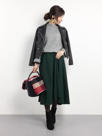 メンズライクになり過ぎないコンパクトなシルエットのライダースにフレアスカートを合わせたきれいめなスタイリング。ストールの柄や色使いでコーディネートにアクセント♪