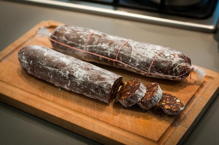 """もともとは、北イタリアの伝統菓子として受け継がれる、見た目にもユニークなドルチェ""""Salame di cioccolato""""(サラーメ ディ チョコラート)のことをさします。"""