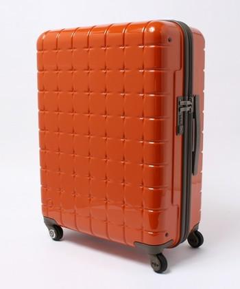 海外旅行の際は空港や現地での移動に便利なキャスター付のスーツケースを選ぶ方がほとんど。スーツケースを選ぶ際は幾つか気をつけて選びたい点があります。 サイズですが、5泊~7泊くらいの旅行を考えている方は90Lまでくらいのサイズ、3泊~5泊までの旅行を考えている方は60Lくらいのスーツケースのサイズを選ぶと良いでしょう。帰りに荷物やお土産が入らないのではと思う方は、スーツケースの持ち手に通して運べる折りたたみ式のバッグを持参すれば安心です。 スーツケースの素材は現地での移動が無い一都市滞在型ならTSAロックがしっかりかかるハードタイプが良いのですが、都市間を移動したりバスや列車に乗ることの多い旅行ではソフトタイプが良いようです。リュックのように背負うことができ、ファスナーなのでスーツケースのように広げたりすることなく、荷物の出し入れができます。 また飛行機に預ける荷物は20kg以上だと超過料金がかかる国際線がほとんどです。海外旅行でのかばん選びは軽いものを選びましょう。