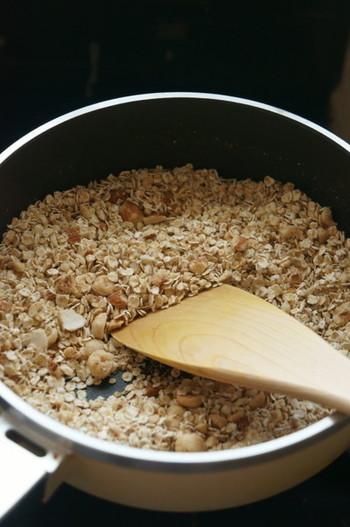 手作りのグラノーラは、フライパン1つでできるので、料理初心者でも心配ありません。ナッツやメープルシロップの良い香りが食欲をそそります♪