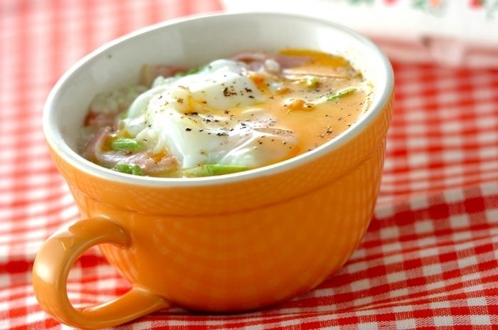 マグカップの中で材料を混ぜて電子レンジでチンするだけで、即席カルボナーラごはんの完成。温泉卵を崩しながら、熱々を召し上がれ♪