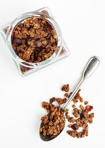 チョコレートサラミの基本の材料は、チョコレート、ビスケット、お好みでナッツやドライフルーツなどのトッピングです。口当たりを滑らかにする生クリームもあるとよいでしょう◎ 仕上げの粉砂糖やココアパウダーがあると、より見た目をサラミらしくさせることができますよ。