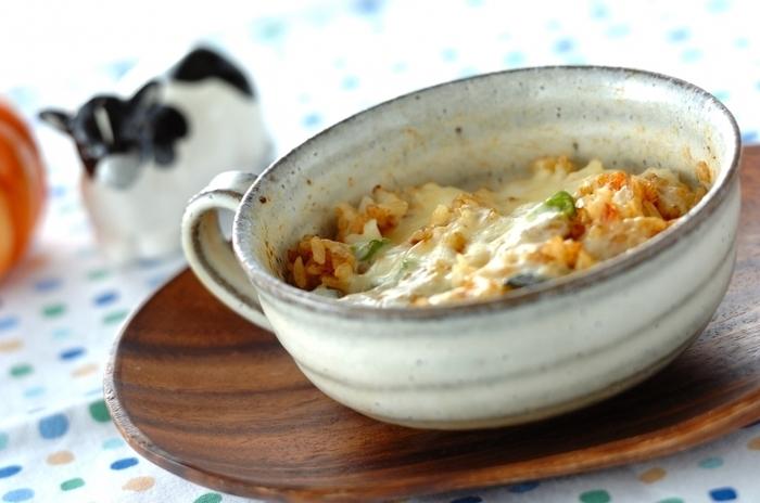 カレー風味で食欲UP!フライドオニオンやトマトピューレでコクを出した焼きカレーは、残り物のカレーライスを使っても作れそう!朝からでも食べたくなる元気の出る一品です。