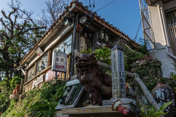 「南窯(ふぇーぬかま)」は、現存するものとしては唯一の荒焼窯(あらやちがま)として県指定文化財にもなっています。隣がカフェになっており(上の写真)、そこを抜けると奥が登り窯で、見学ができます。