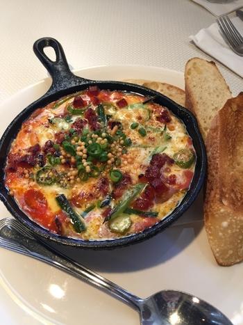ピリリとスパイシーなトマトソースに、チェダーチーズ、ノースショア産の野菜orポーチュギーズ・ソーセージがのっています。 ミニフライパンで熱々のまま、モチモチのパンと一緒に食べられます☆
