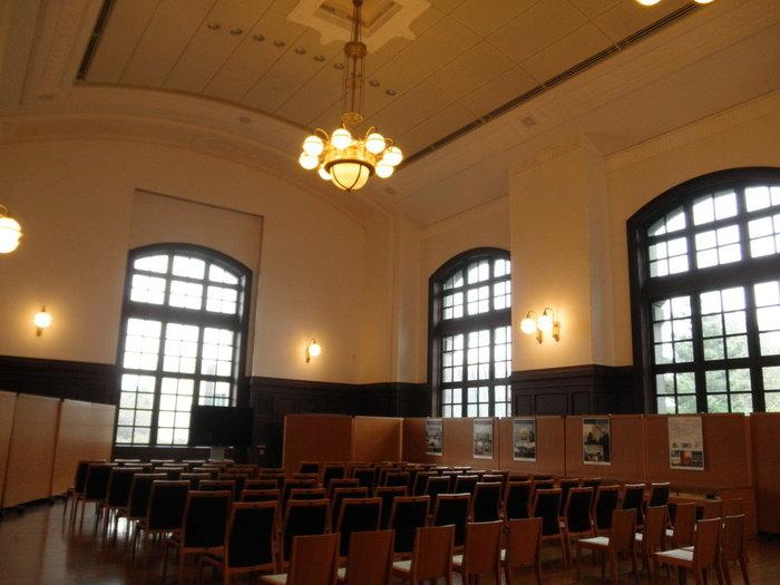 こちらはホールの様子。柔らかなアーチの窓、廻り縁、吊り照明など時代めいた装飾が素敵。知の集積である図書館にアカデミックな雰囲気がしっくりきますね。 一方で開架式の閲覧室があるレンガ棟1階の子どものへやは、丸いテーブルが置かれ、書棚も円形に配置されたモダンなスタイル。未来的な空気を感じられます。