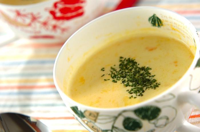 耐熱マグカップに冷凍かぼちゃを入れラップをして電子レンジで3分加熱、スプーンで皮を取り除きしっかりと潰します。熱いうちにバター、顆粒スープの素を入れ混ぜ、牛乳を少しづつ加え、さらに混ぜます。再度、電子レンジで2分加熱しドライパセリをふれば出来上がり!ひとりごはんの時でも、本格的なスープが飲みたい…そんな時にもおすすめです。